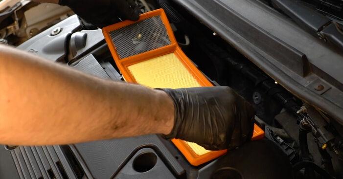 Wie schwer ist es, selbst zu reparieren: Luftfilter Fiat Punto 199 1.4 Natural Power 2011 Tausch - Downloaden Sie sich illustrierte Anleitungen