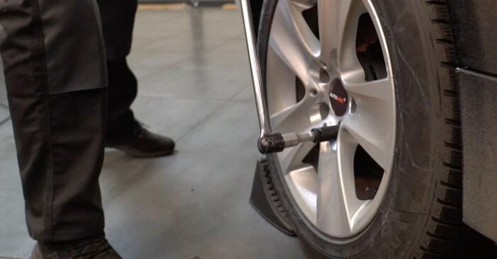 Slik bytter du BMW 5 Sedan (E60) 530d 3.0 2002 Stabilisatorstag selv – trinn-for-trinn veiledninger og videoer