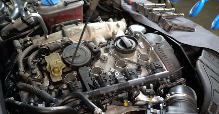 Wie schwer ist es, selbst zu reparieren: Zündkerzen Audi A4 B8 1.8 TFSI 2013 Tausch - Downloaden Sie sich illustrierte Anleitungen