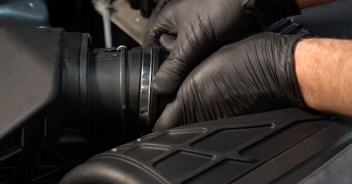 Pasikeiskite AUDI A4 Sedanas (8K2, B8) 2.7 TDI 2012 Oro filtras patys - internetinė instrukcija