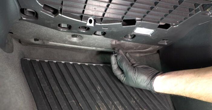 Kaip pakeisti AUDI A4 Sedanas (8K2, B8) 2.0 TDI 2008 Oro filtras, keleivio vieta - išsamios instrukcijos ir vaizdo pamokos
