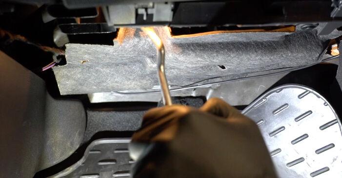 Kaip pakeisti FORD Fiesta Mk6 Hatchback (JA8, JR8) 1.25 2009 Oro filtras, keleivio vieta - išsamios instrukcijos ir vaizdo pamokos
