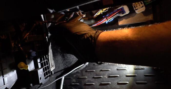 Ar sudėtinga pasidaryti pačiam: Ford Fiesta Mk6 1.4 2014 Oro filtras, keleivio vieta keitimas - atsisiųskite iliustruotą instrukciją