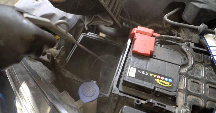 Wie schwer ist es, selbst zu reparieren: Luftfilter Ford Fiesta Mk6 1.4 2014 Tausch - Downloaden Sie sich illustrierte Anleitungen