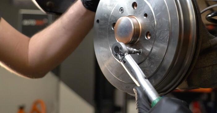 Austauschen Anleitung Bremstrommel am Opel Corsa D 2007 1.3 CDTI (L08, L68) selbst