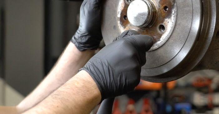 Wie schwer ist es, selbst zu reparieren: Bremstrommel Opel Corsa D 1.4 (L08, L68) 2012 Tausch - Downloaden Sie sich illustrierte Anleitungen