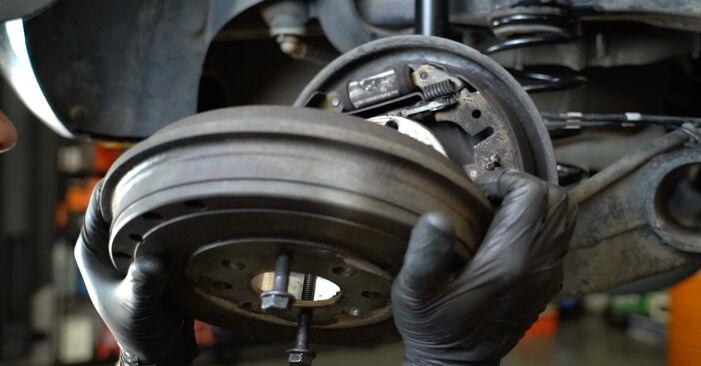 Bremstrommel beim OPEL CORSA 1.0 (L08, L68) 2013 selber erneuern - DIY-Manual