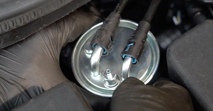 Wie OPEL CORSA 1.3 CDTI (L08, L68) 2010 Kraftstofffilter ausbauen - Einfach zu verstehende Anleitungen online