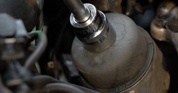 Slik bytter du OPEL Corsa D Hatchback (S07) 1.3 CDTI (L08, L68) 2007 Oljefilter selv – trinn-for-trinn veiledninger og videoer