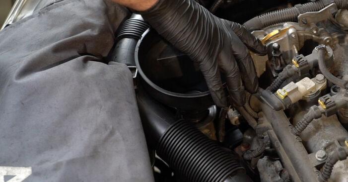 Hvordan skifte Oljefilter på OPEL Corsa D Hatchback (S07) 2011: Last ned PDF- og videoveiledninger
