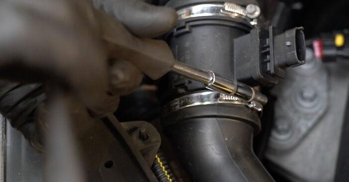 Wechseln Luftfilter am OPEL Corsa D Schrägheck (S07) 1.0 (L08, L68) 2009 selber