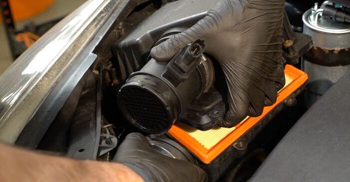 Wie schwer ist es, selbst zu reparieren: Luftfilter Opel Corsa D 1.4 (L08, L68) 2012 Tausch - Downloaden Sie sich illustrierte Anleitungen