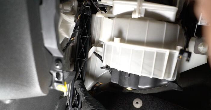 Byta OPEL Corsa D Hatchback (S07) 1.4 (L08, L68) 2011 Kupefilter – gör det själv med onlineguide
