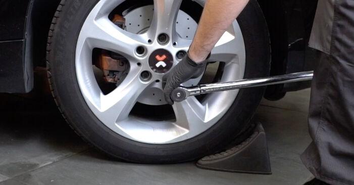 ABS Sensor beim BMW 1 SERIES 120d 2.0 2013 selber erneuern - DIY-Manual