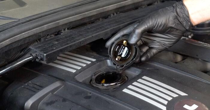 Quão difícil é efetuar a substituição de Filtro de Óleo no BMW E82 120i 2.0 2012 por si mesmo - descarregue o guia ilustrado