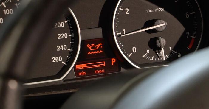 Substituição de BMW 1 SERIES 123d 2.0 Filtro de Óleo: guias online e tutoriais em vídeo