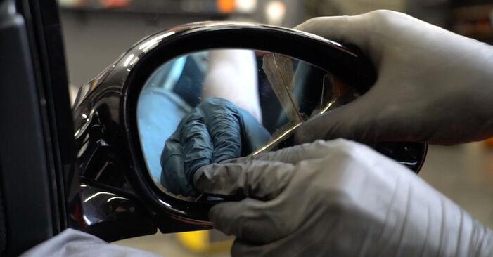 Slik bytter du BMW 1 Coupé (E82) 120d 2.0 2007 Sidespeilglass selv – trinn-for-trinn veiledninger og videoer