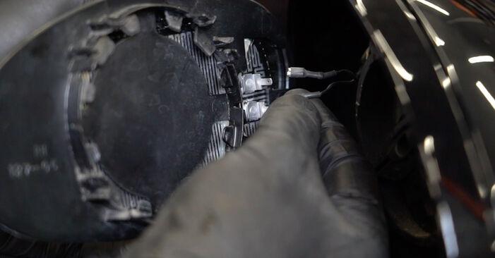 Hvordan skifte Sidespeilglass på BMW 1 Coupé (E82) 2011: Last ned PDF- og videoveiledninger