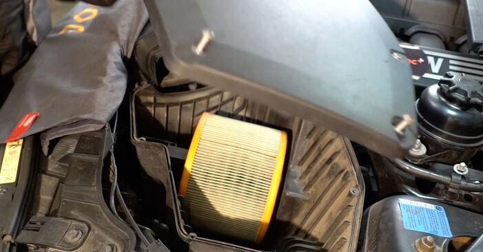 Wechseln Luftfilter am BMW 1 Coupe (E82) 118d 2.0 2009 selber