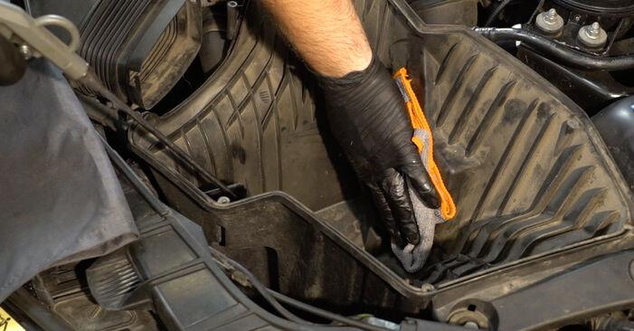 Luftfilter beim BMW 1 SERIES 120d 2.0 2013 selber erneuern - DIY-Manual