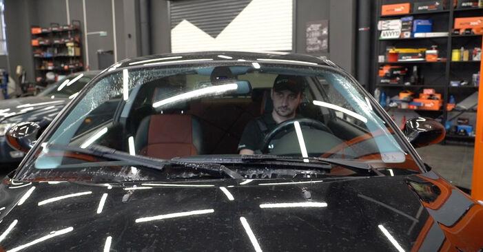 Scheibenwischer am BMW 1 Coupe (E82) M1 3.0 2011 wechseln – Laden Sie sich PDF-Handbücher und Videoanleitungen herunter