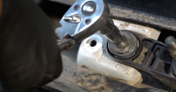 Sostituendo Motorino Tergicristallo su Renault Clio 3 2005 1.5 dCi da solo