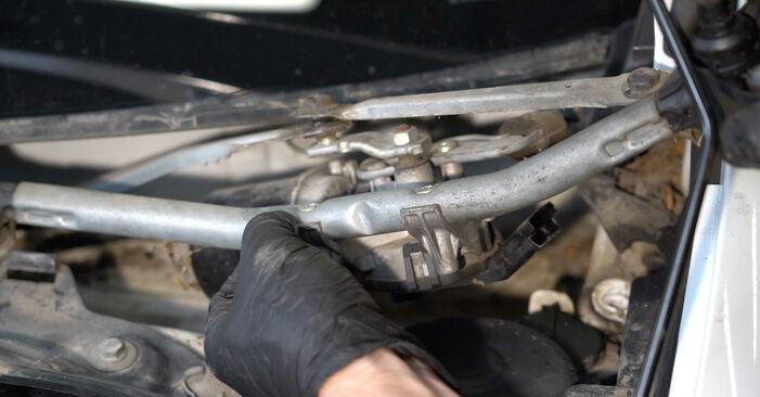 Come cambiare Motorino Tergicristallo su RENAULT Clio III Hatchback (BR0/1, CR0/1) 2007 - suggerimenti e consigli