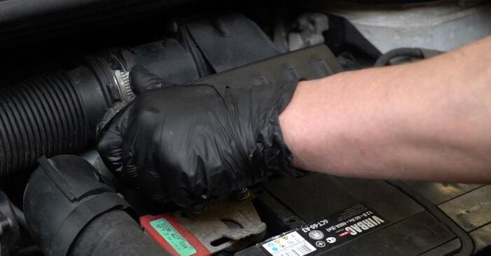 Como substituir RENAULT Clio III Hatchback (BR0/1, CR0/1) 1.5 dCi 2006 Discos de Travão - manuais e guias de vídeo passo a passo