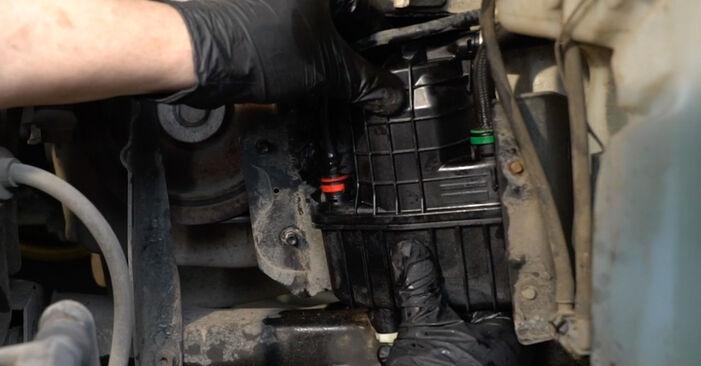 Kraftstofffilter Renault Clio 3 1.4 16V 2007 wechseln: Kostenlose Reparaturhandbücher