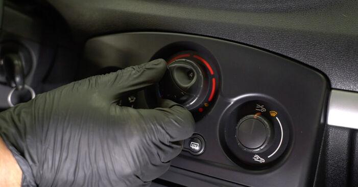 Jaké náročné to je, pokud to budete chtít udělat sami: Kabinovy filtr výměna na autě Renault Clio 3 1.2 16V 2011 - stáhněte si ilustrovaný návod