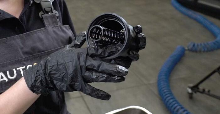 Wechseln Ölfilter am AUDI A4 Limousine (8EC, B7) 2.0 TFSI quattro 2007 selber