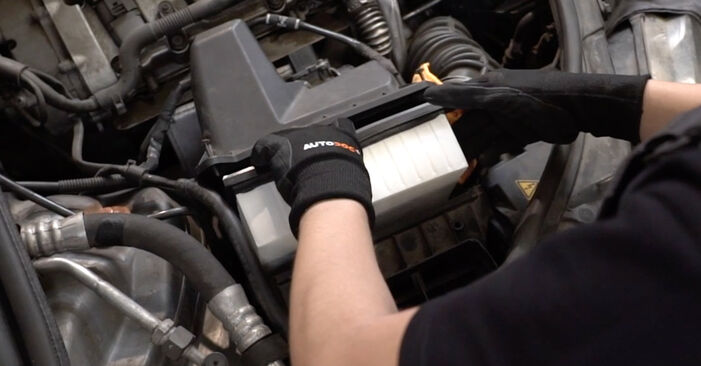 Tausch Tutorial Luftfilter am AUDI A4 Limousine (8EC, B7) 2006 wechselt - Tipps und Tricks