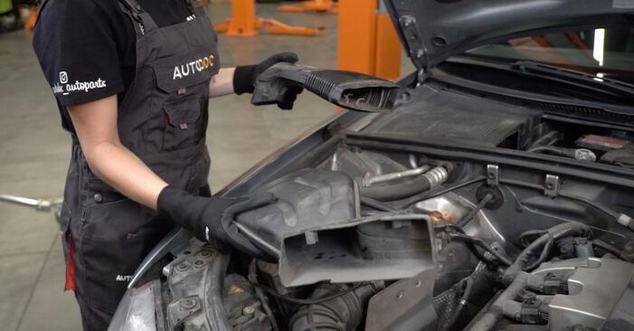 Wechseln Luftfilter am AUDI A4 Limousine (8EC, B7) 2.0 TFSI quattro 2007 selber