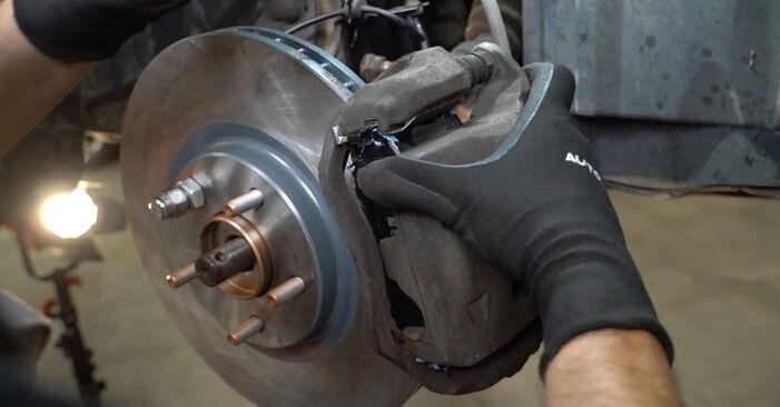 Slik bytter du NISSAN Qashqai / Qashqai +2 I (J10, NJ10) 1.5 dCi 2007 Hjullager selv – trinn-for-trinn veiledninger og videoer