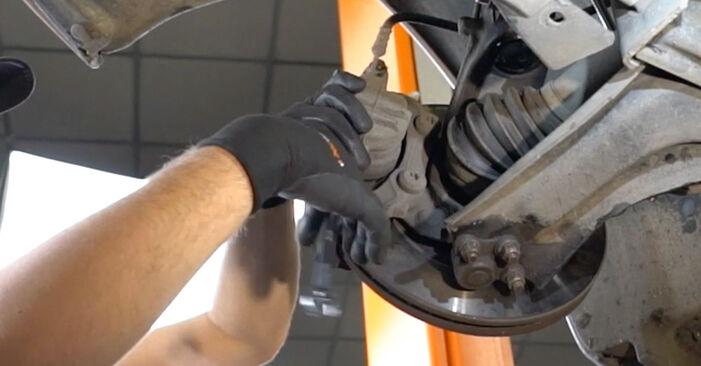 Wie schwer ist es, selbst zu reparieren: Bremsscheiben Peugeot 207 WA 1.6 16V RC 2012 Tausch - Downloaden Sie sich illustrierte Anleitungen