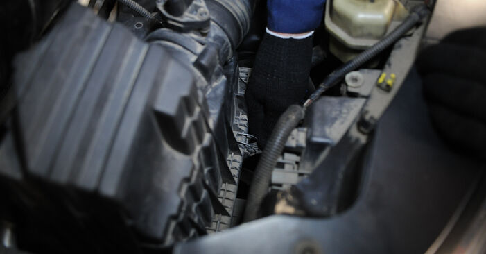 Hoe Luchtfilter wisselen VW Multivan V (7HM, 7HN, 7HF, 7EF, 7EM, 7EN) 2008: download pdf-gidsen en video-tutorials