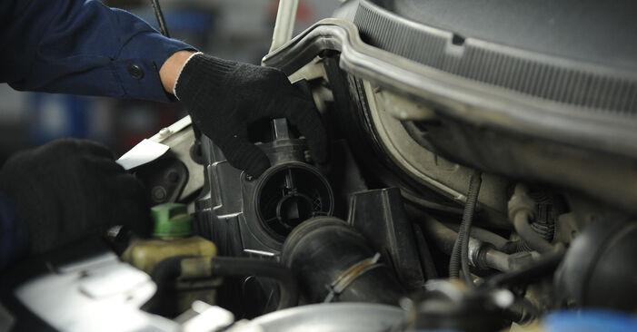 Hoe moeilijk is doe-het-zelf: Luchtfilter wisselen VW Multivan T5 2.0 2009 – download geïllustreerde instructies