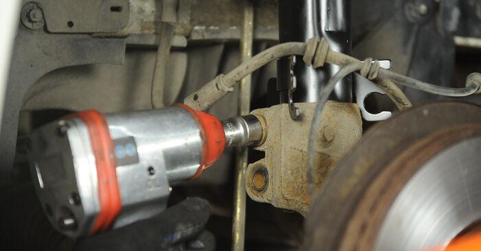 VW Multivan T5 2.0 TDI 2005 Veerpootlager remplaceren: kosteloze garagehandleidingen
