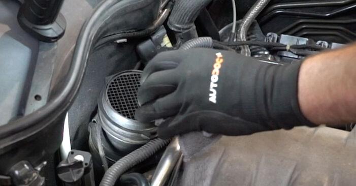 Austauschen Anleitung Luftmassenmesser am Mercedes W203 2002 C 220 CDI 2.2 (203.006) selbst