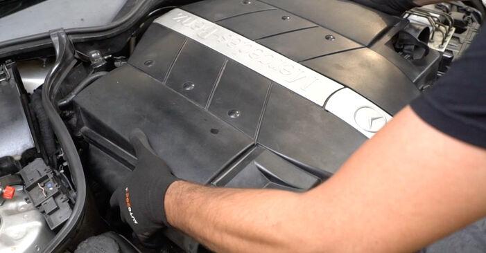 Luftmassenmesser Mercedes W203 C 220 CDI 2.2 (203.008) 2002 wechseln: Kostenlose Reparaturhandbücher