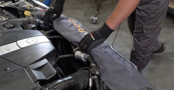 Wie schwer ist es, selbst zu reparieren: Luftmassenmesser Mercedes W203 C 200 2.0 Kompressor (203.045) 2006 Tausch - Downloaden Sie sich illustrierte Anleitungen