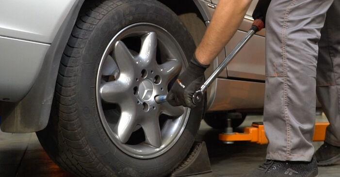 Bremsbeläge am MERCEDES-BENZ C-Klasse Limousine (W203) C 270 CDI 2.7 (203.016) 2005 wechseln – Laden Sie sich PDF-Handbücher und Videoanleitungen herunter
