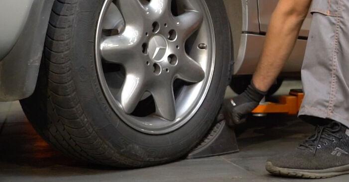 Wie schwer ist es, selbst zu reparieren: Bremsbeläge Mercedes W203 C 200 2.0 Kompressor (203.045) 2006 Tausch - Downloaden Sie sich illustrierte Anleitungen