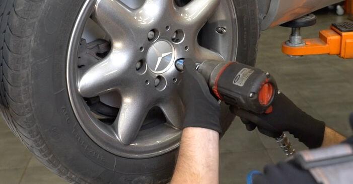 Zweckdienliche Tipps zum Austausch von Bremsscheiben beim MERCEDES-BENZ C-Klasse Limousine (W203) C 220 CDI 2.2 (203.008) 2006