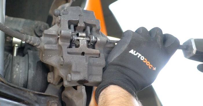 Wie schwer ist es, selbst zu reparieren: Bremsscheiben Mercedes W203 C 200 2.0 Kompressor (203.045) 2006 Tausch - Downloaden Sie sich illustrierte Anleitungen