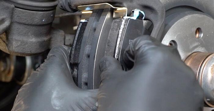 Wie Bremsbeläge MERCEDES-BENZ C-Klasse Limousine (W203) C 180 1.8 Kompressor (203.046) 2001 austauschen - Schrittweise Handbücher und Videoanleitungen