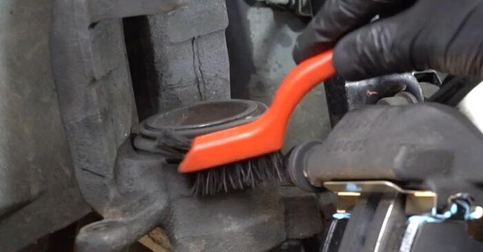Bremsbeläge Mercedes W203 C 220 CDI 2.2 (203.008) 2002 wechseln: Kostenlose Reparaturhandbücher