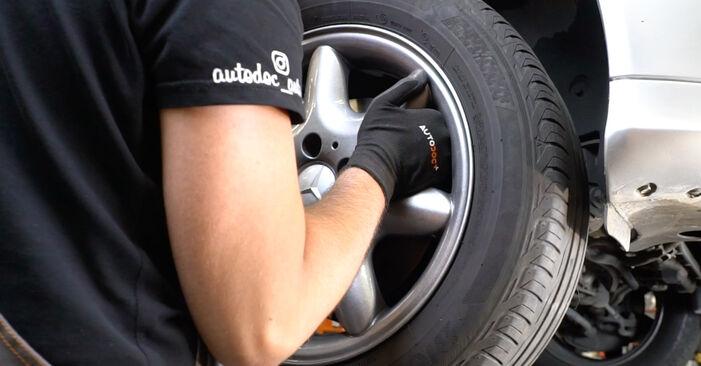 Wie Bremsscheiben MERCEDES-BENZ C-Klasse Limousine (W203) C 180 1.8 Kompressor (203.046) 2001 austauschen - Schrittweise Handbücher und Videoanleitungen