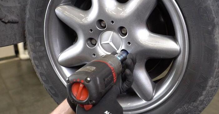 Mercedes W203 C 180 1.8 Kompressor (203.046) 2002 Pasukimo trauklė keitimas: nemokamos remonto instrukcijos