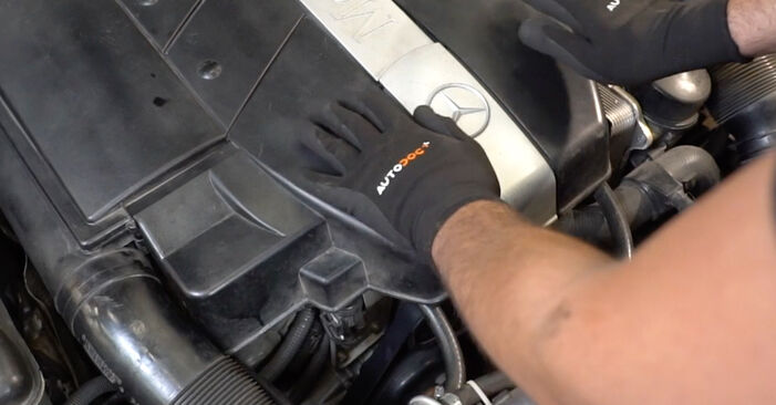 Wechseln Sie Keilrippenriemen beim Mercedes W203 2002 C 220 CDI 2.2 (203.006) selber aus